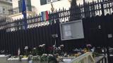 Столичани трупат цветя пред френското посолство