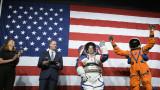 НАСА показа космическите костюми, предназначени за първата жена на Луната