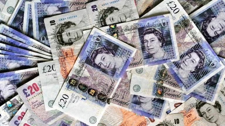 Бързата подготовка за твърд Брекзит и рушащата се икономика притиснаха