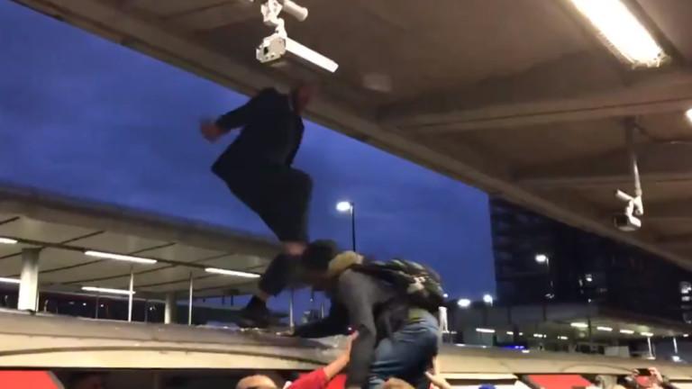 Ядосани пътници биха екоактивисти, блокиращи движението в час пик в Лондон