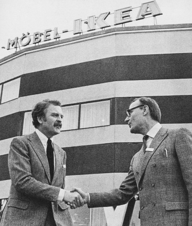 Компрад с първия мениджър на магазините Ikea Ханс Акс през 1963 година