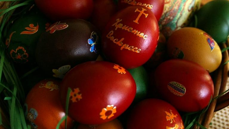 Омбудсманът Мая Манолова и 250 деца боядисваха яйца на пл.