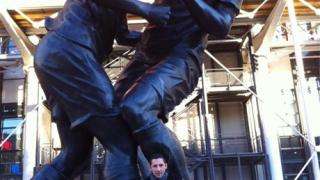 Матераци позира пред статуя в която Зидан го удря с глава