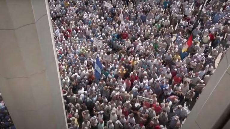 Пенсионирани полицаи щурмуват сградата на парламента в Украйна