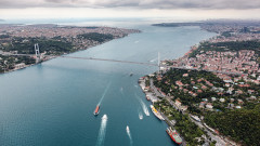 Товарен кораб катастрофира в Истанбул, затвориха Босфора