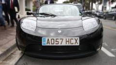 Тестват Tesla Roadster в Париж