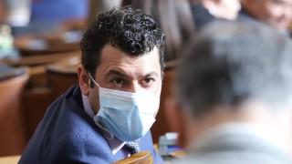 В парламента се пръскат с дезинфектант и тамян срещу фалшиви новини