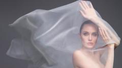 Първата гола корица на Анджелина