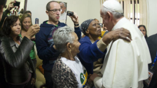 Папа Франциск прегърна и утеши най-бедните жители на Рио