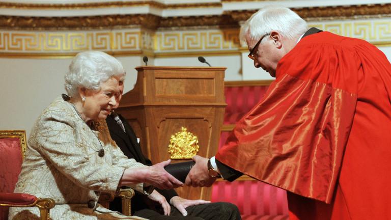 Бившият британски губернатор на Хонконг лорд Патън призова ЕС да не се споразумява с Китай