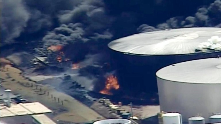 Близо 20 души бяха ранени при експлозии и последвал пожар