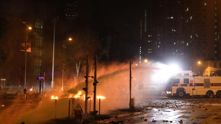 Полицията в Хонконг в неделя вечер задържа десетки радикални протестиращи
