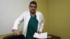 Доктор Шивачев, спасяващ деца, вижда смисъл да остане в България