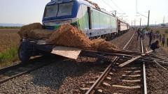 Влак блъсна тир на жп прелез край Карнобат