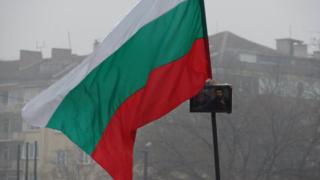 Арестуваха мъж, свалил и скъсал националното знаме