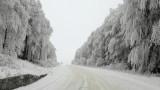 Снеговалеж, бурен вятър и снегонавявания спират движението от Карнобат до Бургас