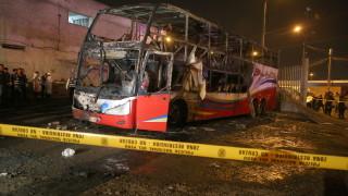 20 души загинаха при пожар на двуетажен автобус в Перу