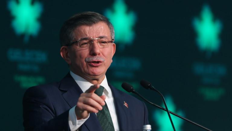 Ердоган затвори университет на бившия премиер Давутоглу