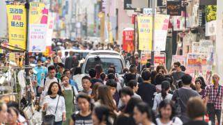 Корейците препълниха моловете след разхлабване на мерките