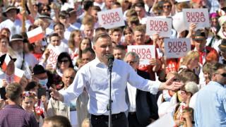 Дуда предлага забрана на еднополовите двойки да осиновяват деца в Полша