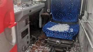 Вандал счупи предното стъкло на движещ се влак