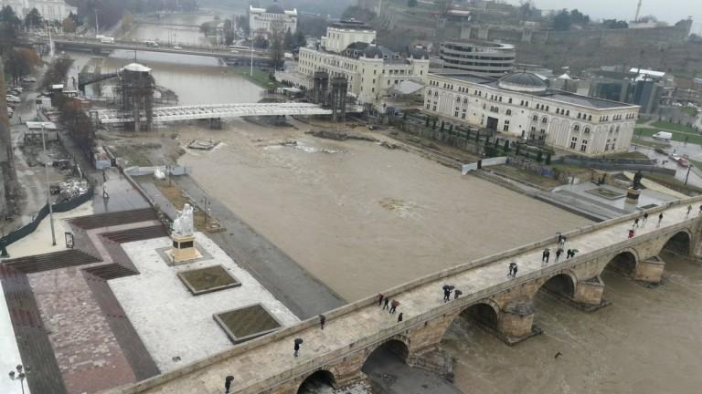 Река Вардар излезе от коритото си в македонската столица Скопие