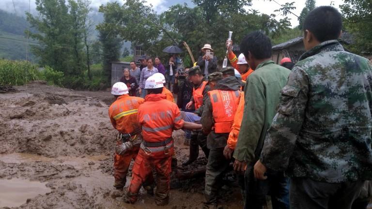 Повече от 30 души загинаха при свлачище в Китай