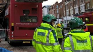 Двуетажен автобус се вряза в сграда в Лондон