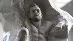Скулптор извая Конър Макгрегър в мрамор