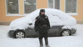 Военни чистят снега в Москва