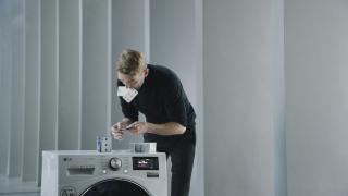 Издигнаха кула от карти върху работеща перална машина