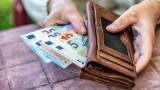 Обратно на прогнозите парите в брой не си отиват, а се увеличават