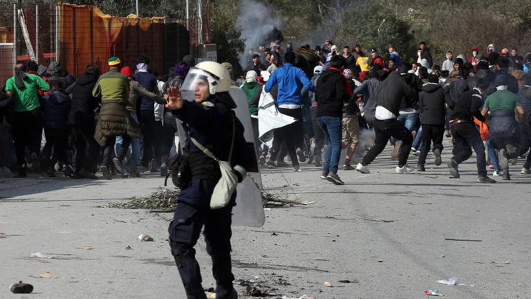 Правозащитници заклеймиха Гърция заради мигранти, държани на военен кораб