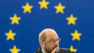 Шефът на Европарламента обвини Меркел, че се проваля в приема на бежанците