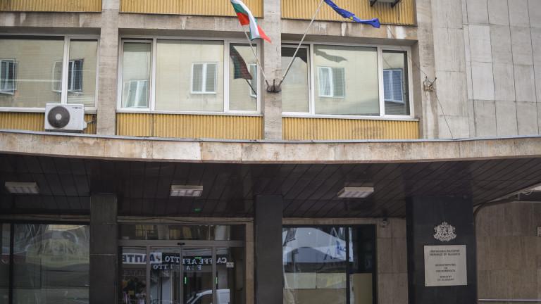 Собственици на малки бензиностанции излязоха на пореден протест пред Министерството