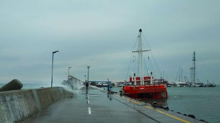 Рибарски кораб горя в Созопол, съобщи БНР, позовавайки се на