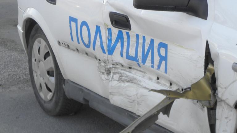Кола се заби в патрулка на пътя София-Варна