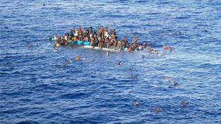Мигранти превзеха кораба, който ги спаси