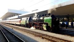 Парен локомотив връща спомените за отминали времена
