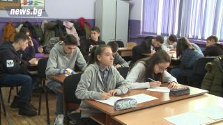 МОН: За момента няма решение за връщането на учениците в класните стаи, Всеки трети лъгал с декларация