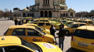 """Таксиметрови шофьори протестират пред """"Александър Невски"""""""