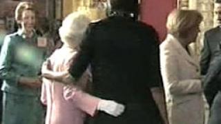 Скандал: Мишел Обама докосна Елизабет II