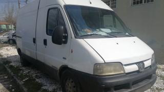 Граничари от Трън арестували българин, превозвал 15 мигранти