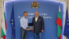 Министър Кралев награди плувеца Цанко Цанков за историческото преплуване на Бургаския залив