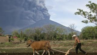 Индонезия намали опасната зона около вулкана Агунг в Бали