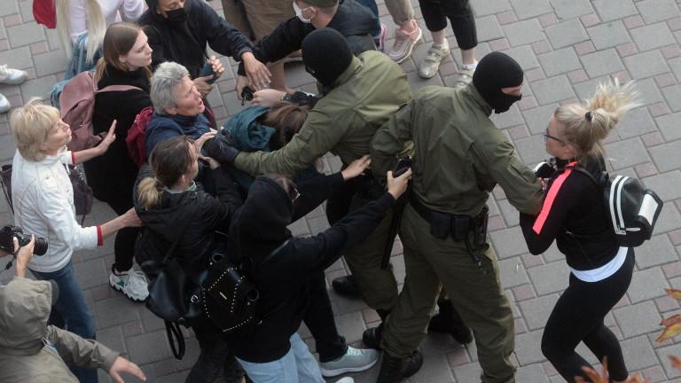 Беларуската полиция насилствено задържа десетки жени на протест