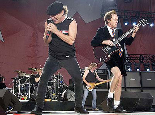 6 влака с българи пристигнаха в Белград за концерта на AC/DC