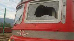 Хвърлят камъни по влак, пострадаха две момичета