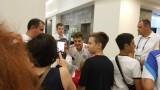 """Роман Зобнин """"барикадиран"""" за час в лобито на хотела си, снима се с всички фенове"""