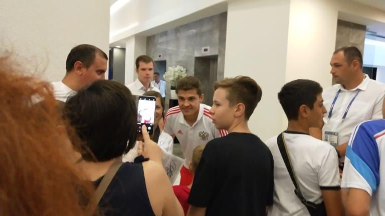 """Руски национал """"барикадиран"""" за час в лобито на хотела си, снима се с всички фенове"""